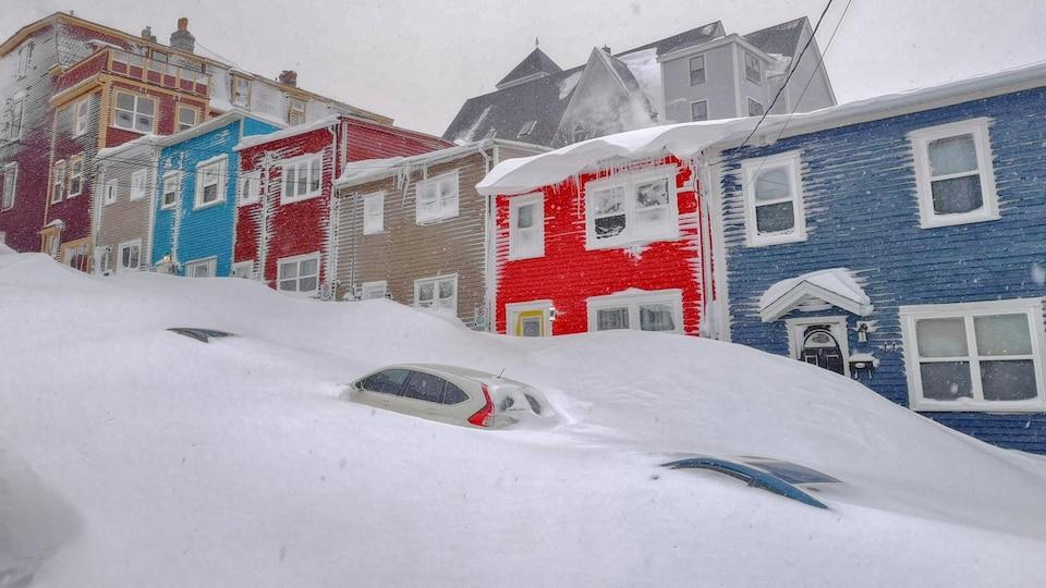 Voitures ensevelies sous la neige à Saint-Jean.