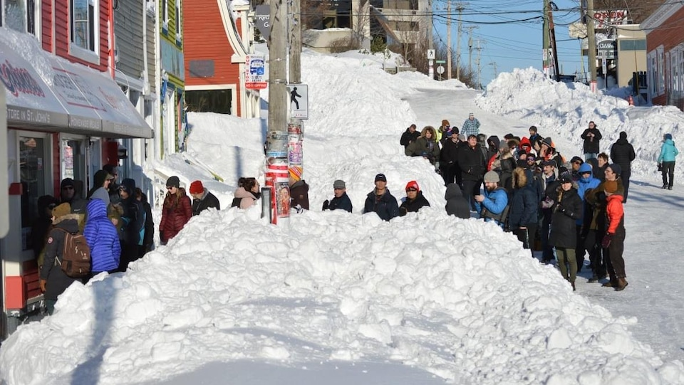 Des résidents de Terre-Neuve font la file devant un magasin après une tempête historique.