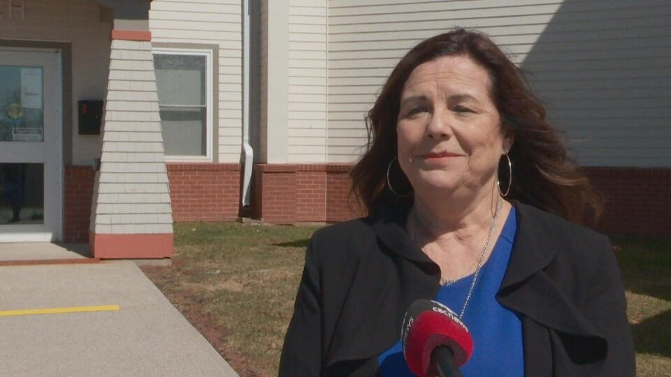 Terri MacAdam donne une entrevue.