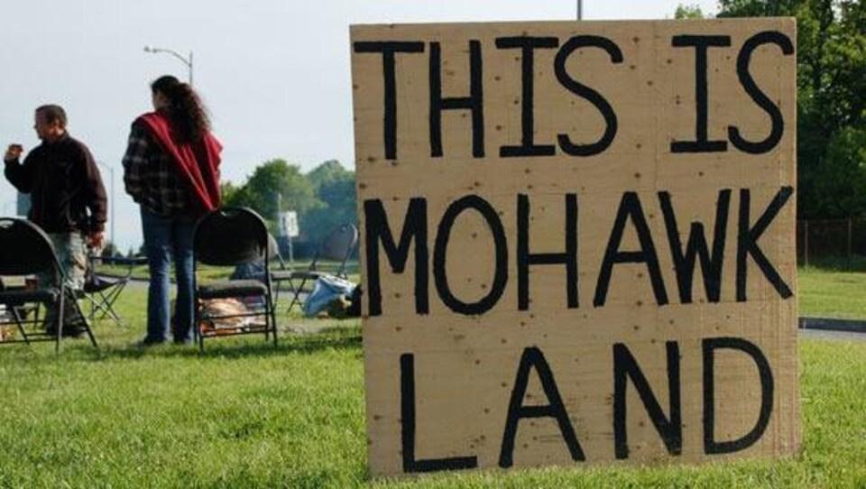 Un panneau «This is mohawk land» planté sur un terrain.