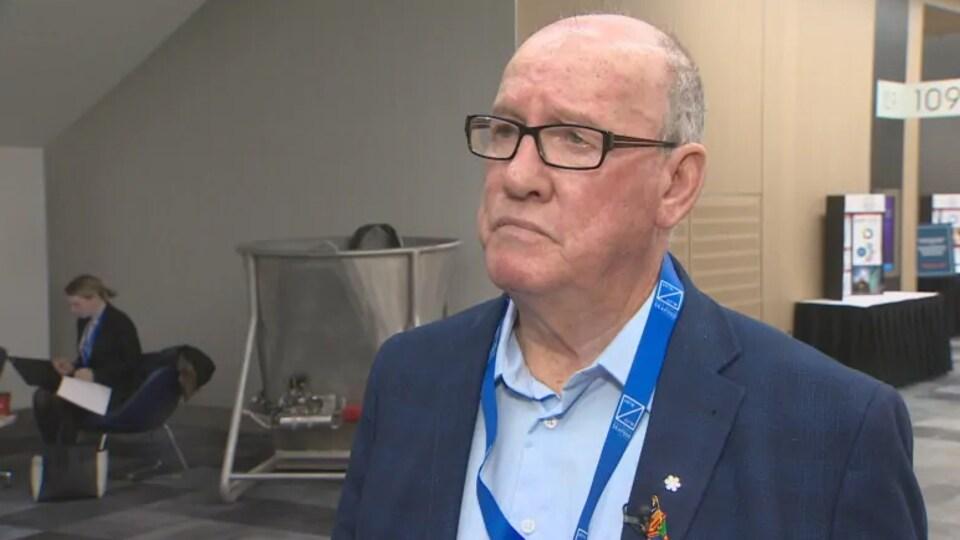 Un homme, le chef Terry Paul, répond aux questions d'un journaliste.