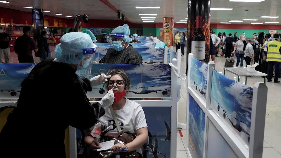 Un test de dépistage par écouvillon effectué à l'aéroport.
