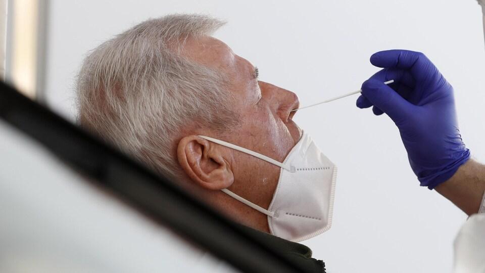 Un échantillon est prélevé pour un test de dépistage de COVID-19, le 2 mars 2021, à Saarbruck, en Allemagne.