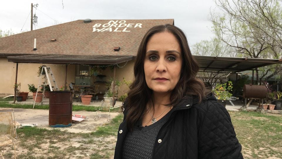 Nayda Alvarez vit le long du fleuve Rio Grande, à Rio Grande City, au sud du Texas. Le message sur son toit, «No border wall», marque son opposition à la construction d'un mur dans sa cour.