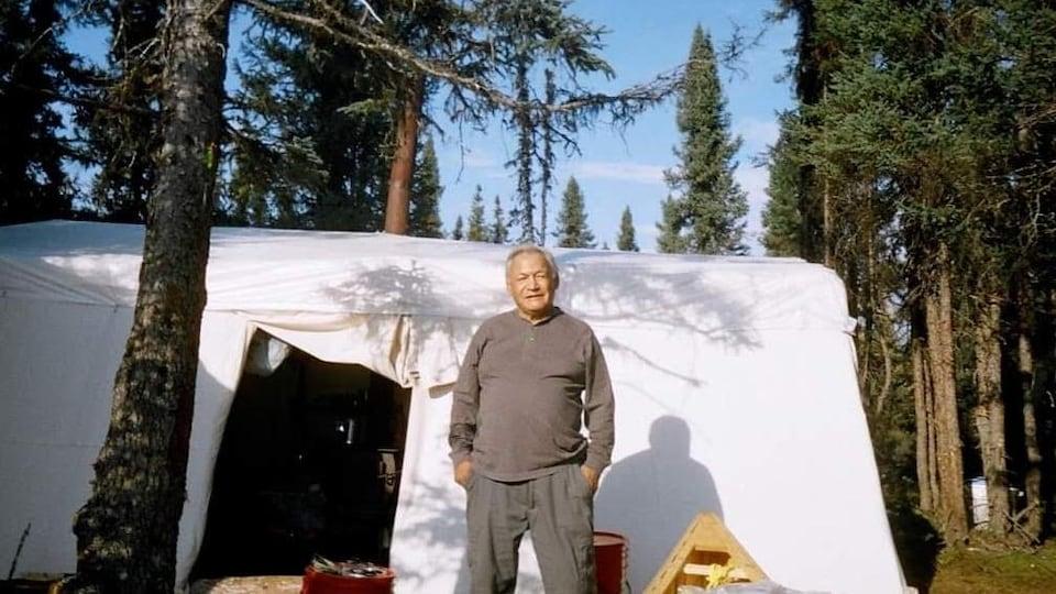 Thaddée André en 2011 à Pitaga (Terre-Neuve-et-Labrador) devant une tente.
