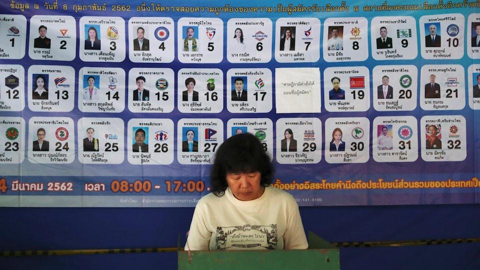 Une femme enregistre son vote dans l'un des bureaux de Bangkok.