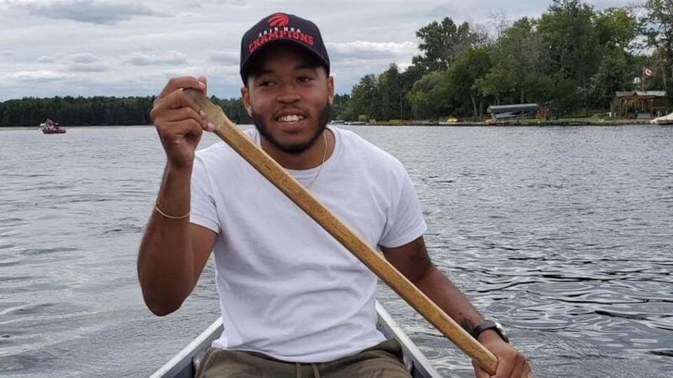 La photo d'un homme dans un canot.