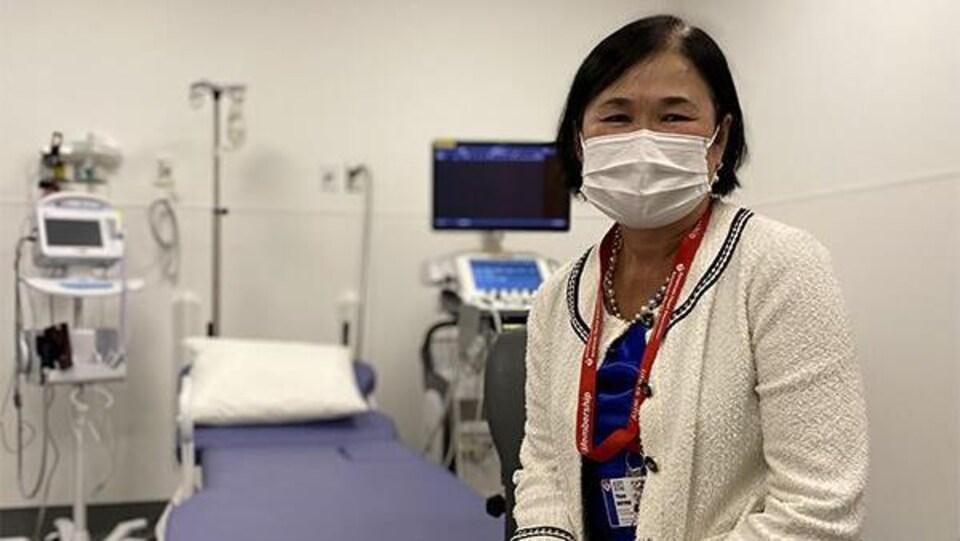 La médecin est masquée dans une salle d'examen à l'hôpital.