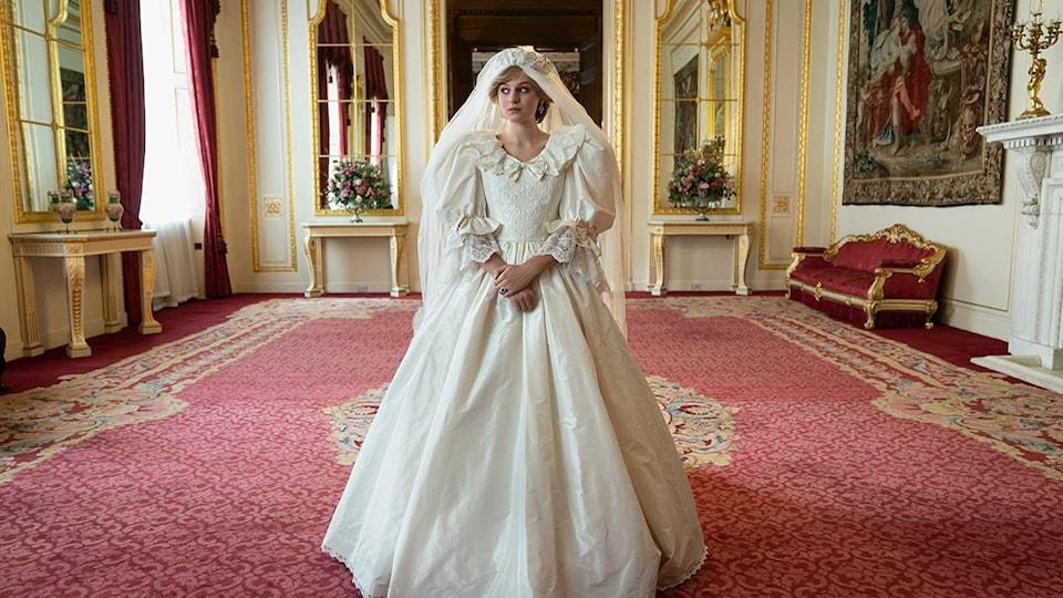 La comédienne est vêtue d'une réplique de la robe de mariée de Diana Spencer lors de son mariage avec le prince Charles.