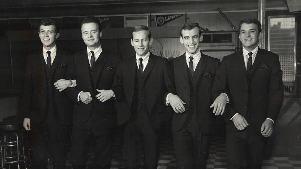 The Hawks, au début des années 60. À gauche complètement, Robbie Robertson. Au centre, Levon Helm.