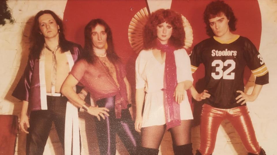 Une photo de groupe new wave dans les années 80, dont trois hommes et Laurence Jalbert.