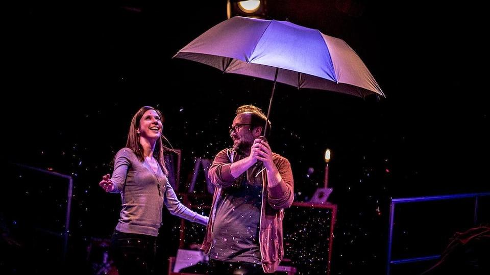 Jonathan Gagnon sur scène, tenant un parapluie.