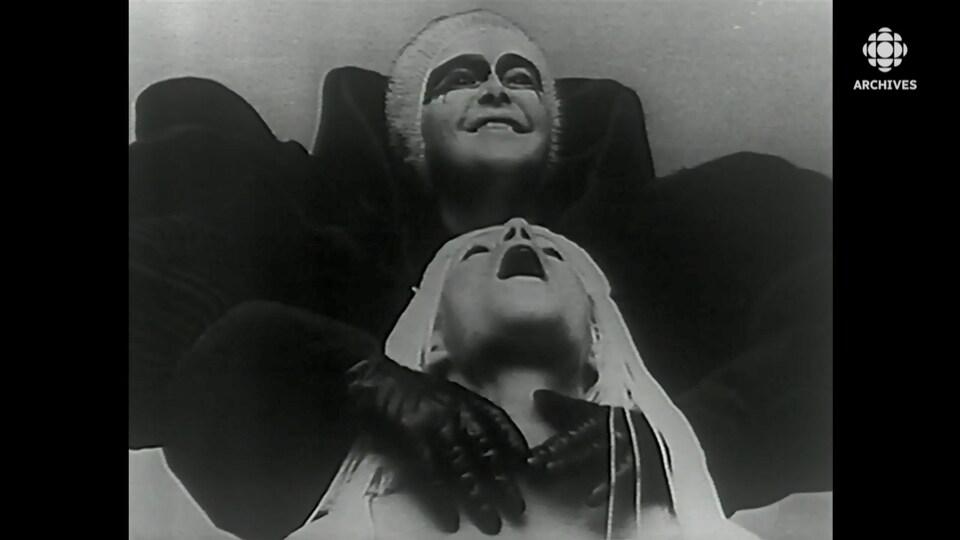 Deux comédiens costumés de la pièce «La charge de l'orignal épormyable».
