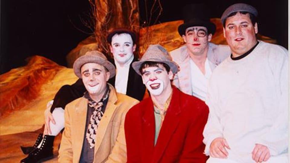 Cinq comédiens de la troupe de l'Université de Saint-Boniface, les Chiens de soleil