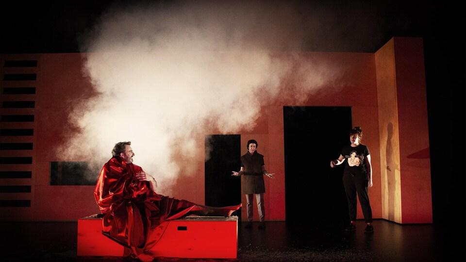 Trois comédiens se donnent la réplique sur scène.