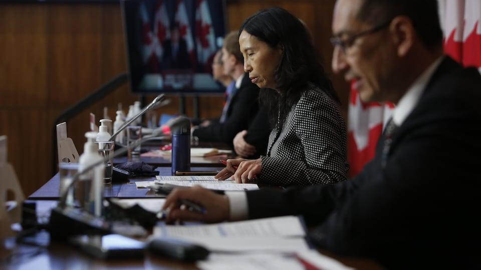 La Dre Theresa Tam, administratrice en chef de la santé publique du Canada, consulte ses notes lors d'une conférence de presse à Ottawa.