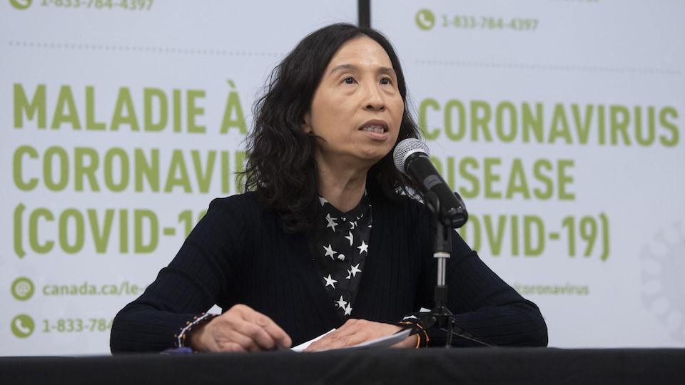 La docteure Theresa Tam, administratrice en chef de la santé publique du Canada, parle au micro durant une conférence de presse.