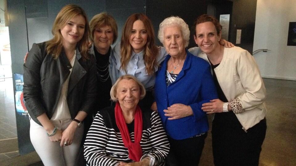 Six femmes, dont Julie Snyder, Thérèse Dion et Lise Payette, posent.