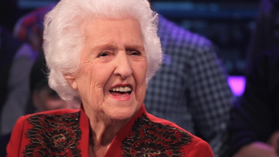 Thérèse Dion s'exprimant sur le plateau d'une émission de télévision.