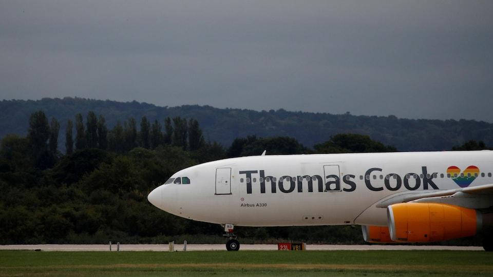 Un avion de la compagnie aérienne britannique Thomas Cook est sur le tarmac.