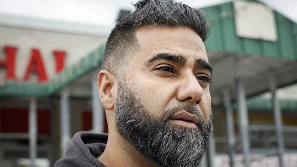 Plan rapproché du visage d'un homme portant la barbe et les cheveux courts.