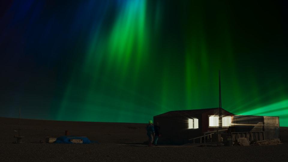 Une séquence extérieure du film Tia et Piujuq de la réalisatrice Lucy Tulugarjuk  tournée à Igloolik au Nunavut .
