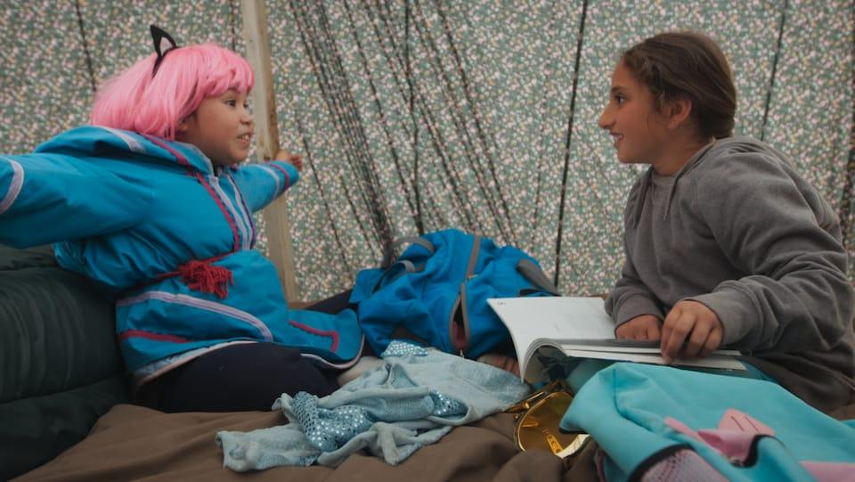 Nuvvija Tulugarjuk et Tia Bshara interprètent les deux jeunes personnages principaux du film Tia et Piujuq de la réalisatrice Lucy Tulugarjuk.
