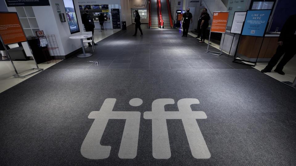 Un tapis à l'entrée du TIFF Bell Lightbox sur lequel on voit le logo du festival.