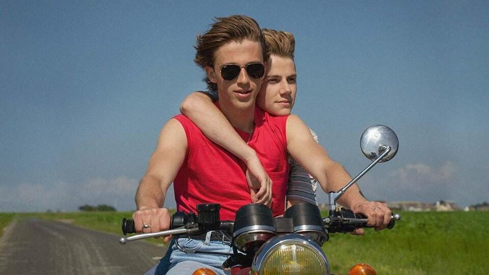 Deux personnes sur une moto.