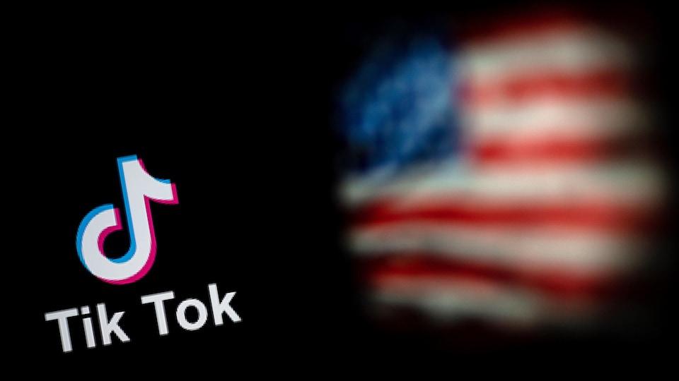 Le logo de l'application TikTok et un drapeau des États-Unis.