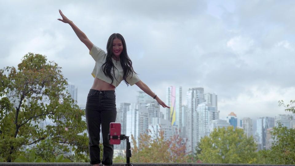 Une femme danse en plein air.