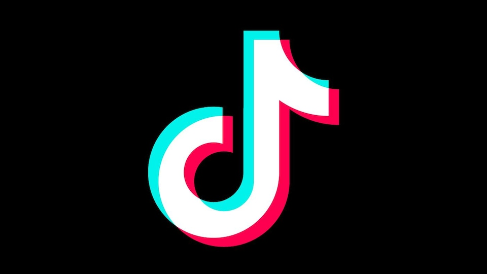 Une image montrant le logo de TikTok, une note de musique blanche aux rebords bleu d'un côté et rouge de l'autre.