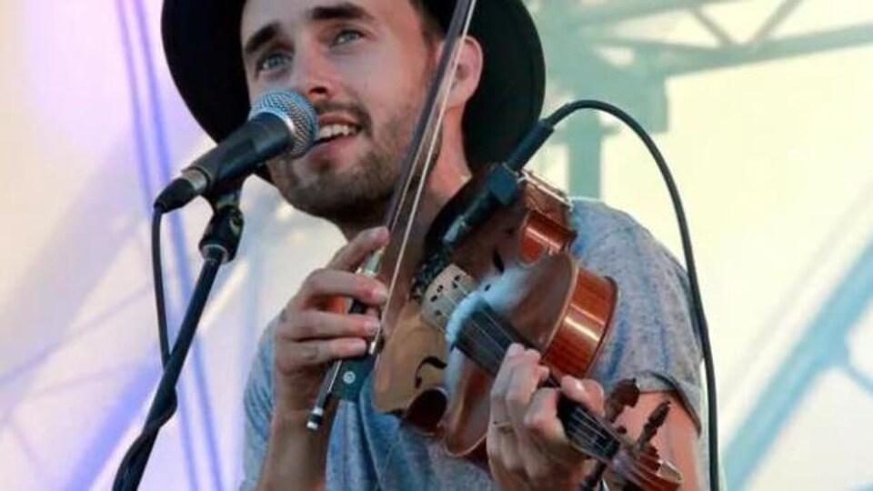 Tim Chaisson, membre des East Pointers qui joue du violon