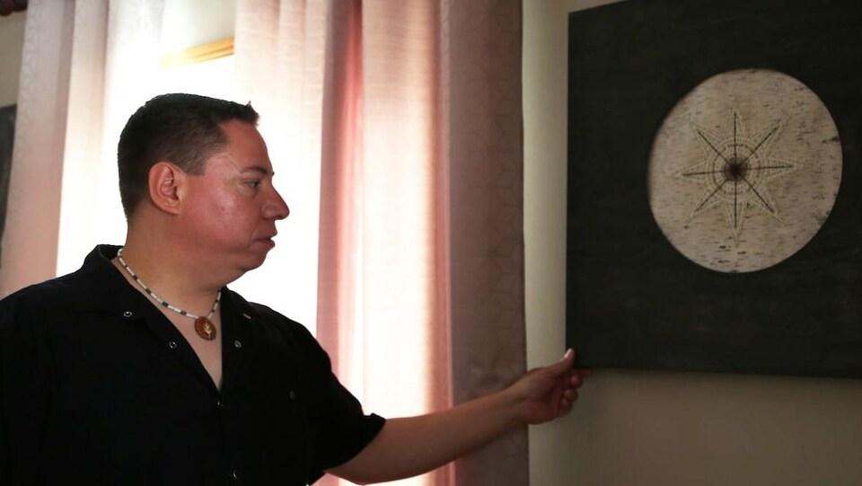 Tim Hogan regarde une de ses oeuvres.