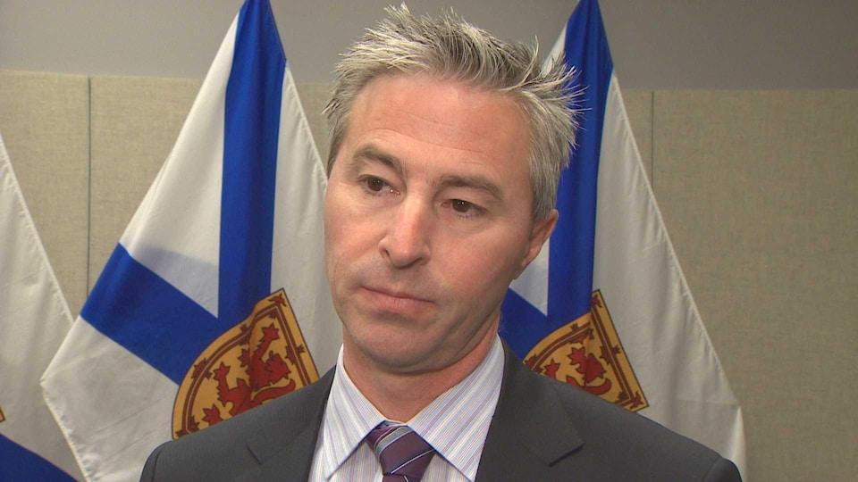 Tim Houston le 13 décembre 2018 devant deux drapeaux de la Nouvelle-Écosse.