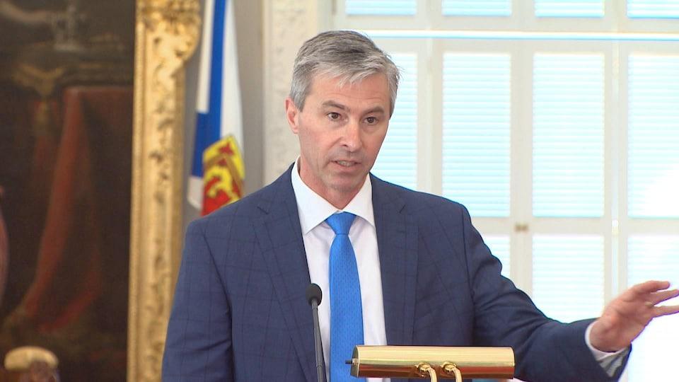 Tim Houston répond aux journalistes à Province House.