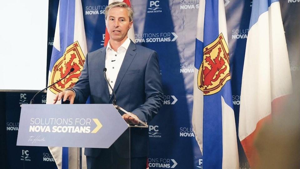 Le chef du Parti progressiste-conservateur parle derrière un podium lors d'une conférence de presse.