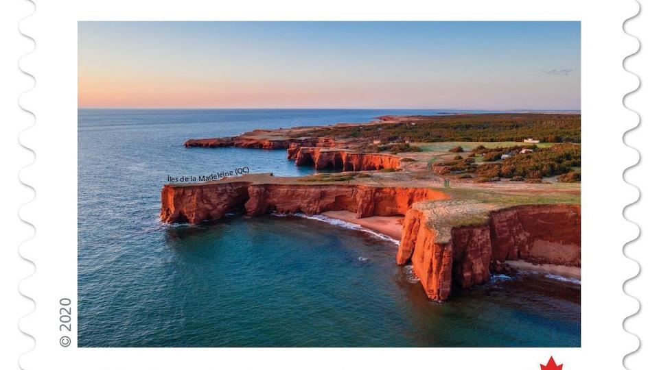 Les falaises rouges des Îles devant un coucher de soleil.