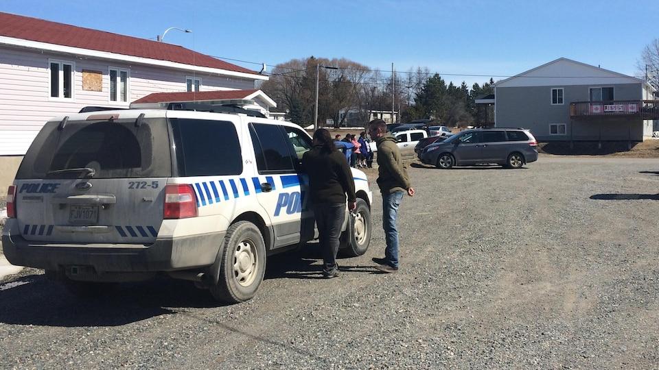Les policiers de la communauté de Timiskaming First Nation surveillent les bureaux du Conseil de bande.