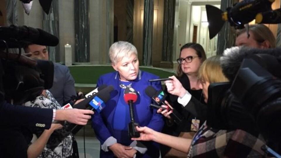 La ministre des Services sociaux Tina Beaudry-Mellor lors d'un point de presse à l'Assemblée législative