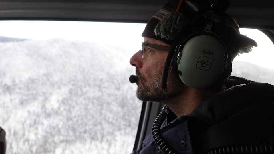 Christian Dussault dans un hélicoptère.
