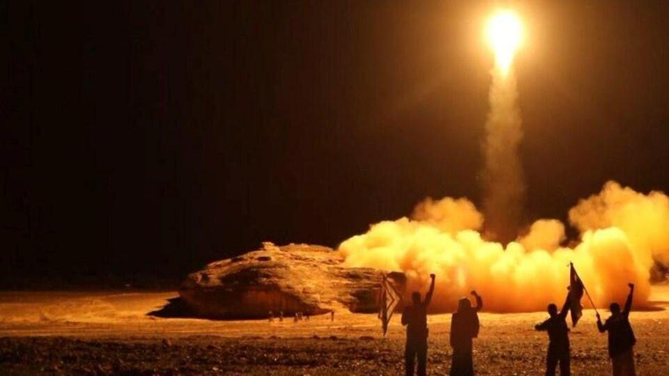Un missile balistique décolle dans la nuit.