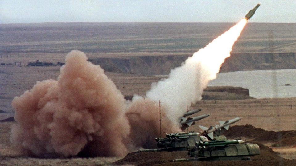 Une batterie de missiles russes Bouk lance un missile.