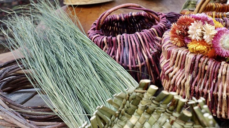 Laurence Thiffault tisse des produits avec du foin d'odeur qu'elle cultive chez elle, à Saint-Juste-du-Lac.