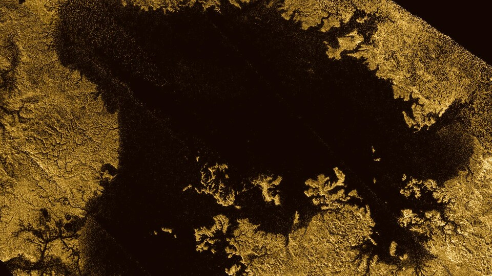 La surface de Titan, la plus grosse lune de Saturne, présente de grands lacs de méthane et d'éthane, comme le montre cette image captée par la sonde Cassini.