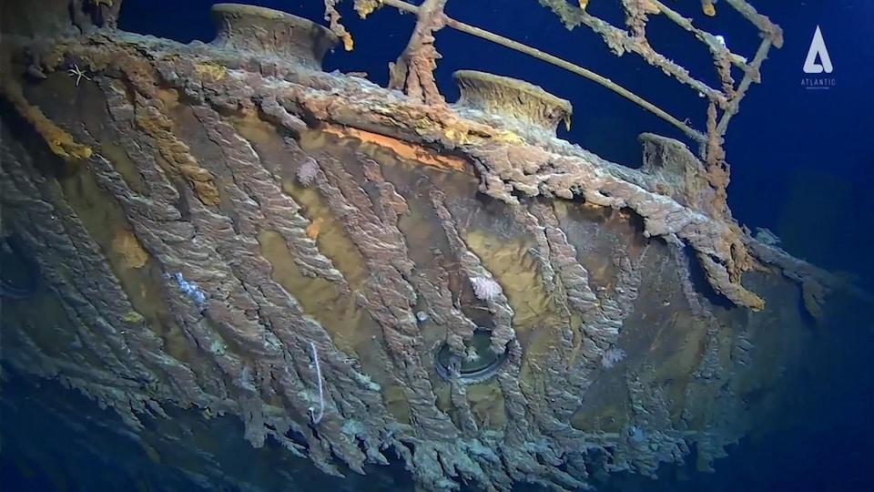 Une structure de métal rongée par la rouille.