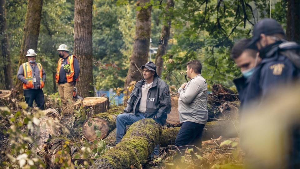 Des agents de la GRC, des employés de Trans Mountain et des manifestants opposés à la coupe d'arbres.