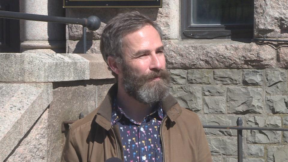Portrait de John Drover devant la Cour suprême de Terre-Neuve-et-Labrador.