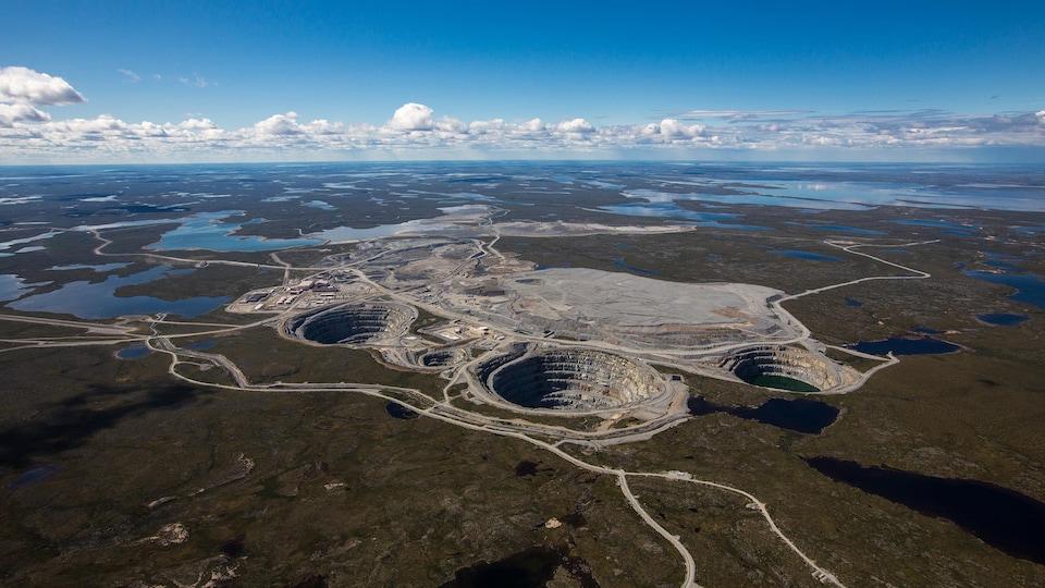 Vue aérienne de la mine à ciel ouvert.