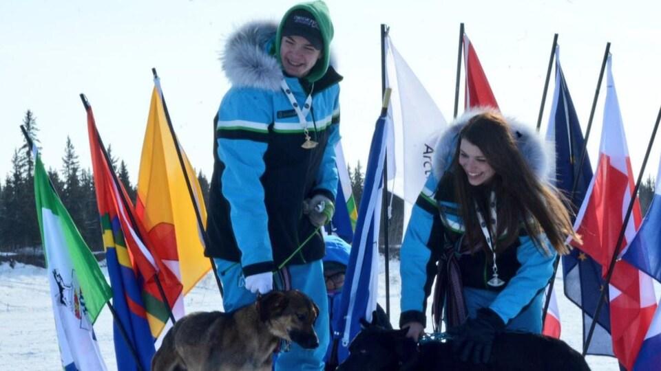 Trey et Taylor Beck sur le podium avec leurs chiens.